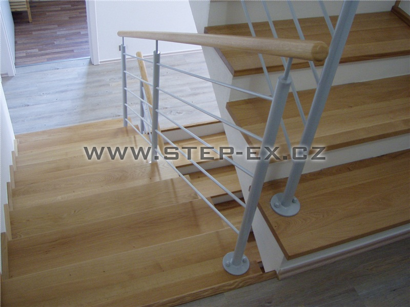 Vnitřní ocelové zábradlí s dřevěným madlem
