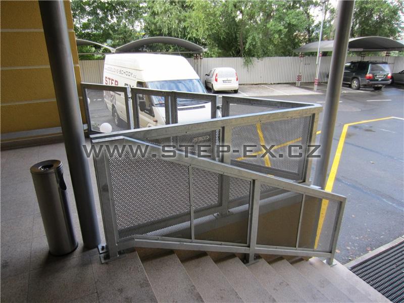 Ocelové zábradlí na schodišti a rampě - Hotel STEP